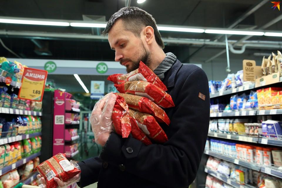 Любовь белорусов к гречке непобедима: в любой непонятной ситуации люди закупаются именно ею. Отсюда и повышение цен на крупу.