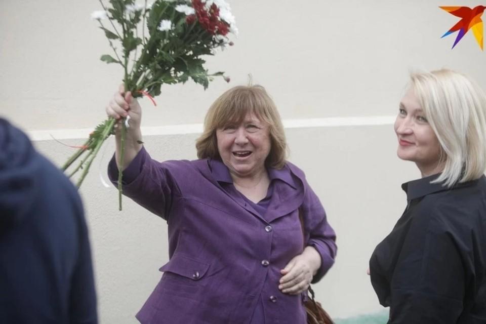 Светлана Алексиевич улетела из Беларуси, сначала она направилась в Германию, потом - в Швецию и на Сицилию.