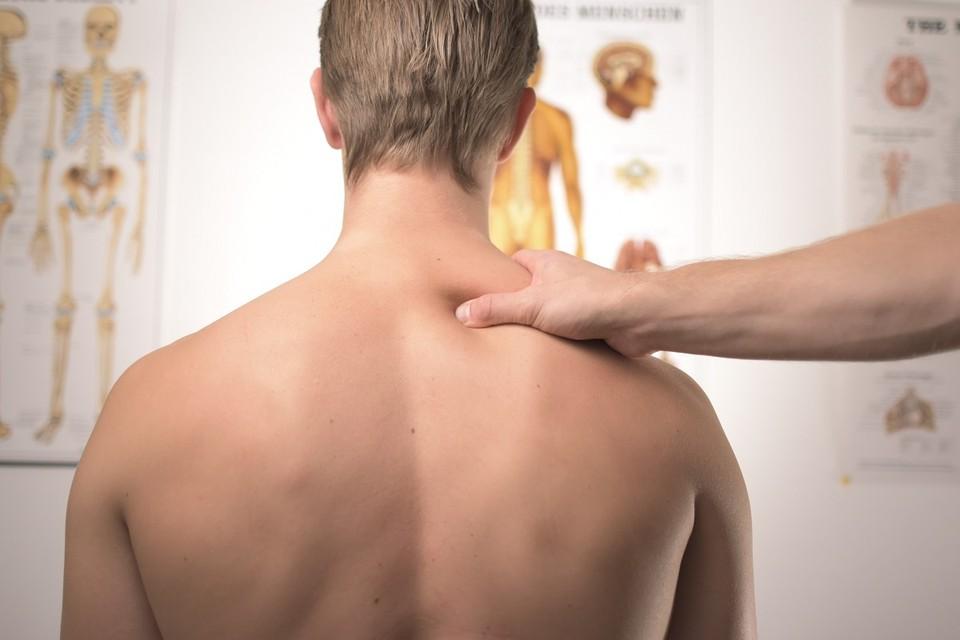 Причины и продолжительность болей спины у всех разные. Фото: Jesper Aggergaard on Unsplash
