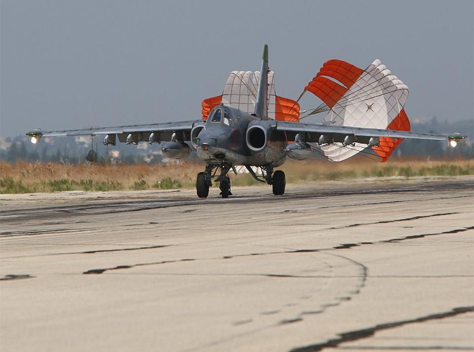 Штурмовик Су-25 во время посадки.
