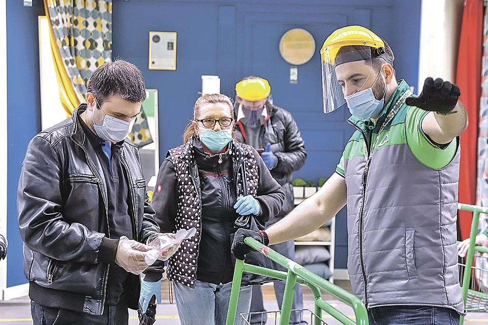 Особенно важно соблюдать меры предосторожности в общественных местах. Фото: Кирилл ЗЫКОВ/Агентство городских новостей «Москва»