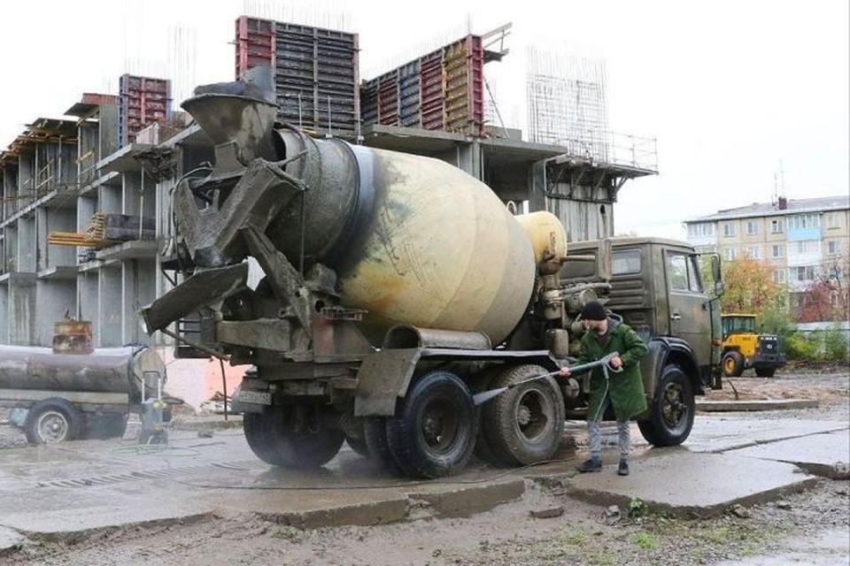 Кемеровских строителей заставляют мыть колеса. ФОТО: инстаграм Ильи Середюка