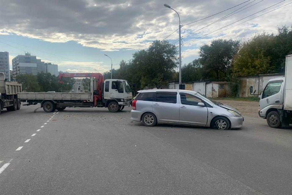 В Хабаровске пассажир пострадал при столкновении легкового авто и грузовика