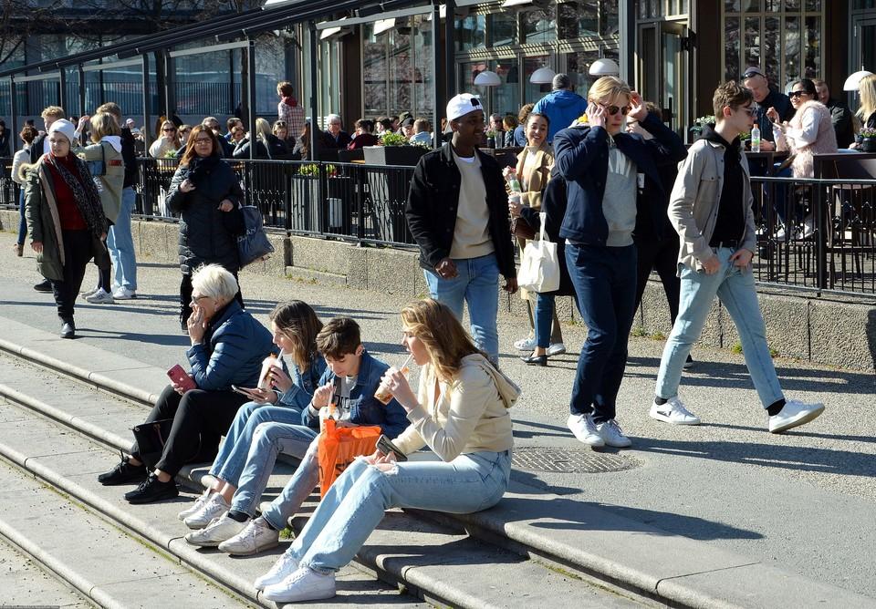Весной, в разгар коронавирусной эпидемии в Швеции не вводили масочного режима и других ограничений.