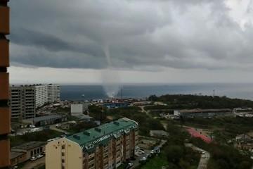 «Места с лучшим видом на стихию». Жители Владивостока наблюдали смерч над морем