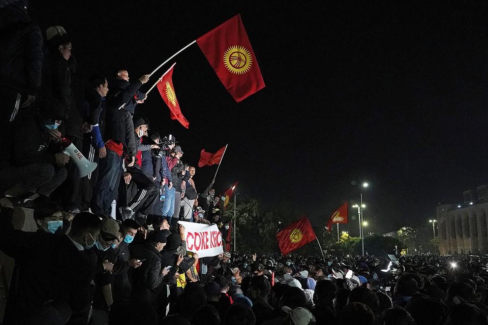 Бишкек. Сторонники проигравших на парламентских выборах партий на центральной площади города. Фото: Абылай Сарылаев/ТАСС