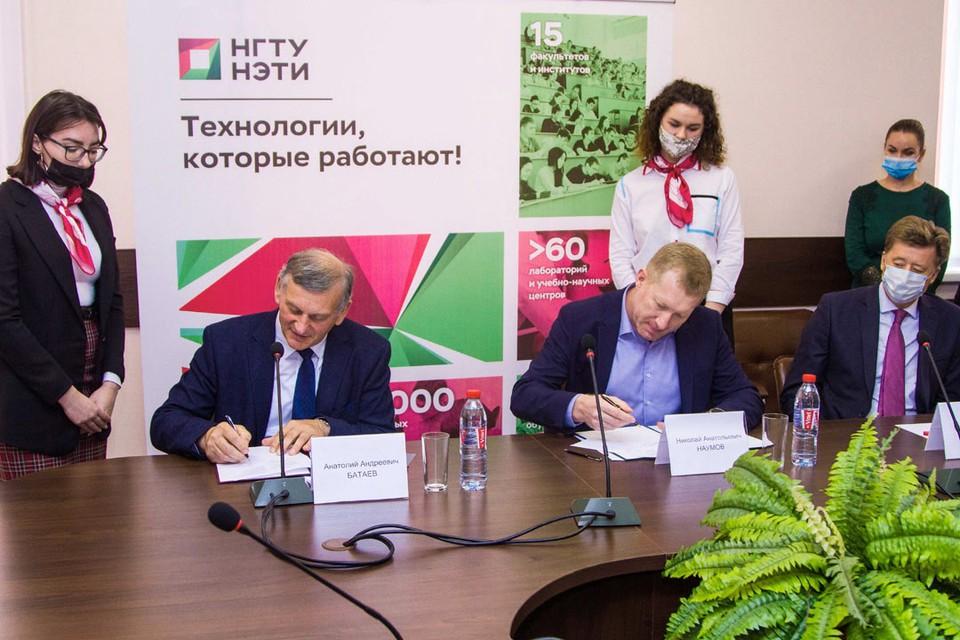 Генеральный директор Группы ЭПМ Николай Наумов и ректор НГТУ Анатолий Батаев подписывают соглашение о сотрудничестве.