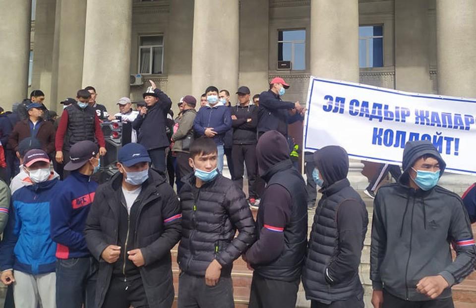 С утра сторонники Садыра Жапарова вновь вышли к Дому правительства. Для них он единственный легитимный премьер.