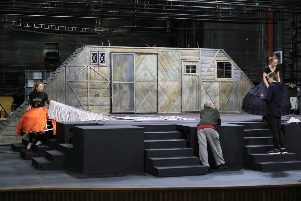 В честь юбилейного года в театре полностью реконструировали сцену и ее основные механизмы