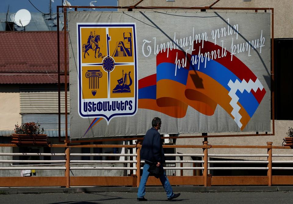 Стенд с флагом НКР в Степанакерте.