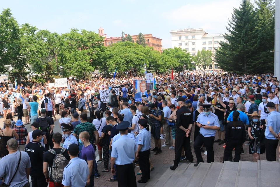 По подсчетам мэрии на площади собралось около пятисот человек