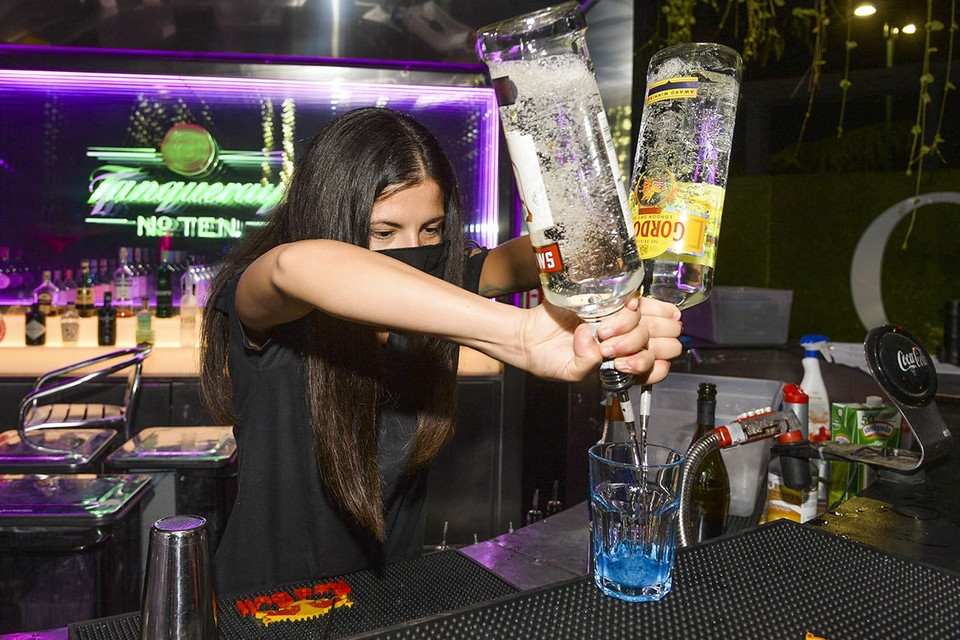 С 19 октября в Москве для того, чтобы попасть в ночной клуб или бар, необходимо сканировать QR-код или отправить СМС на короткий номер. Фото: ANDREA FASANI, EPA/ТАСС