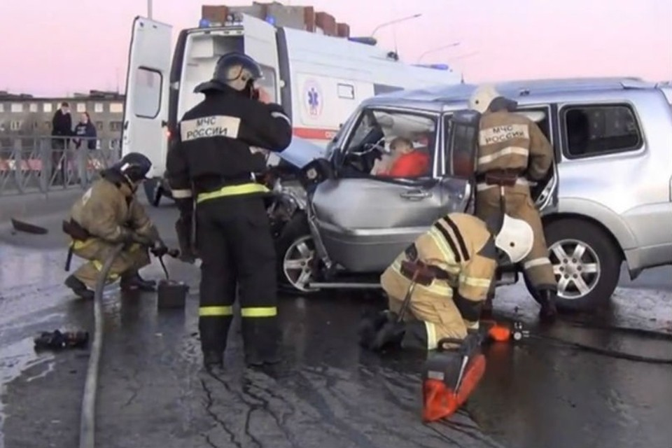 ДТП случилось на путепроводе в Апатитах. Фото: ХибИнформБюро