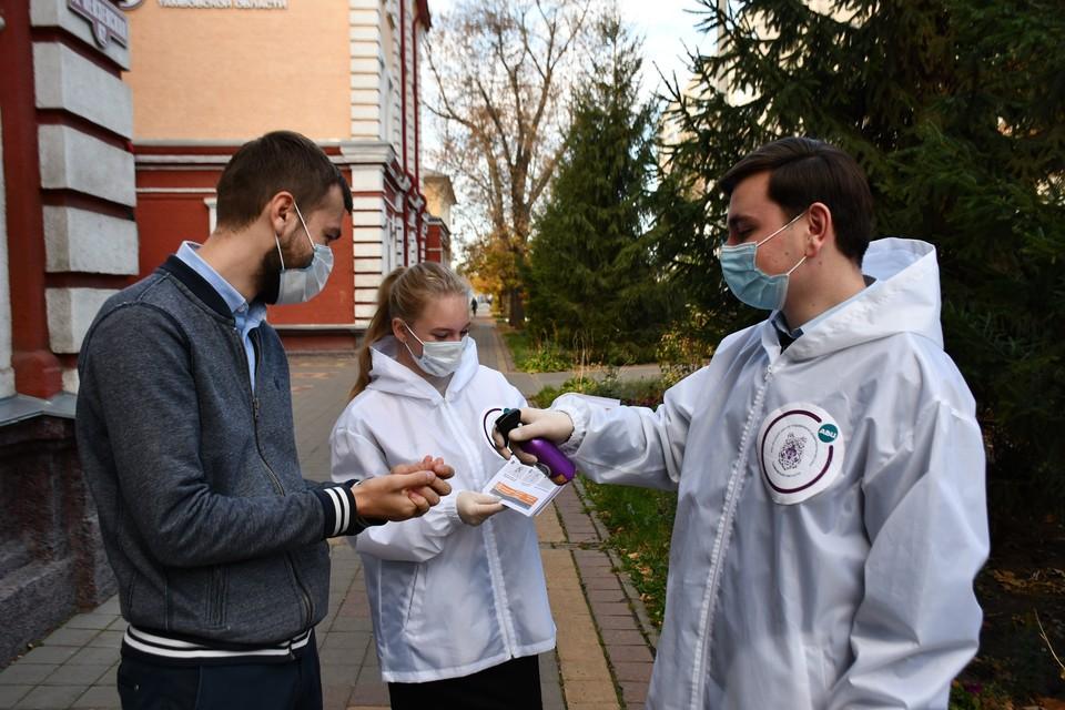Волонтеры #МЫВМЕСТЕ в Тамбовской области обрабатывают антисептиком руки прохожих Фото: движение #МЫВМЕСТЕ