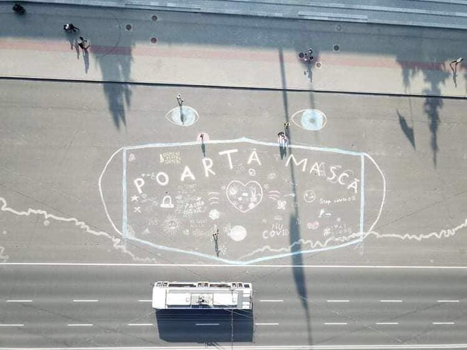 В Кишиневе на асфальте волонтеры нарисовали гигантскую маску.