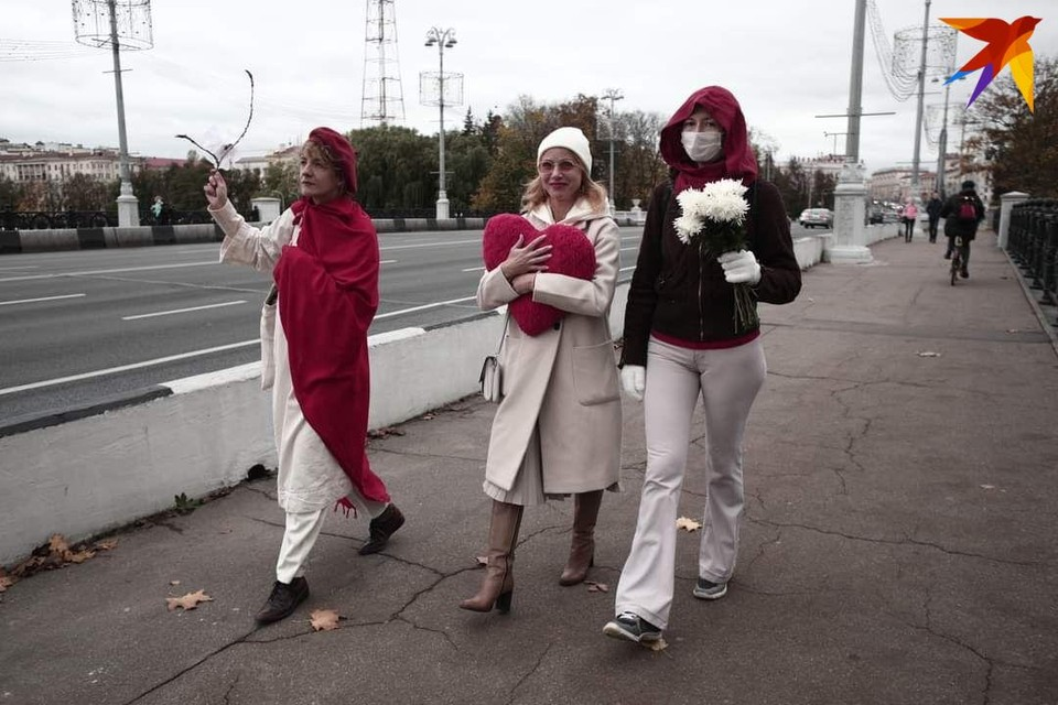 После того, как завершился женский марш, на улицы вышли женщины с цветами