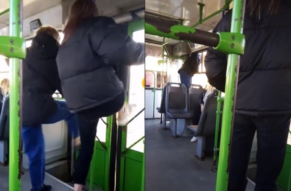 Девушки выламывали ногами двери автобуса. Фото: фрагмент видео на странице «Инцидент Каменск-Уральский» в соцсети «Вконтакте».