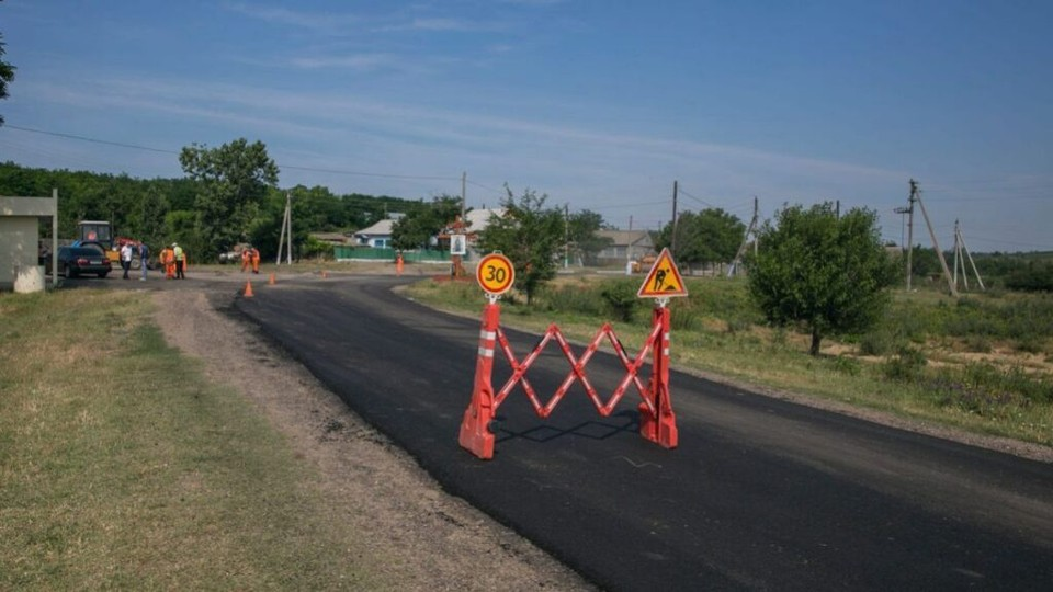 Ион Кику потребовал у компаний, ремонтирующих дороги в Глодянском районе, привлечь дополнительные силы для восстановления инфраструктуры. Фото:соцсети