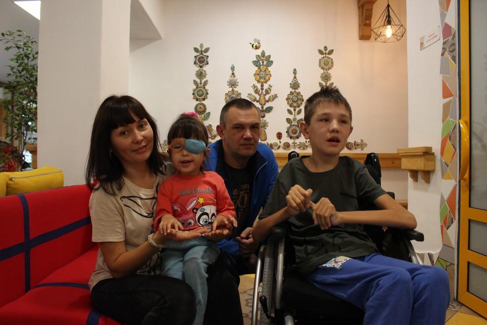 Юлиана и Илья Новгородцевы с родителями Фото: центр помощи детям «Радуга»