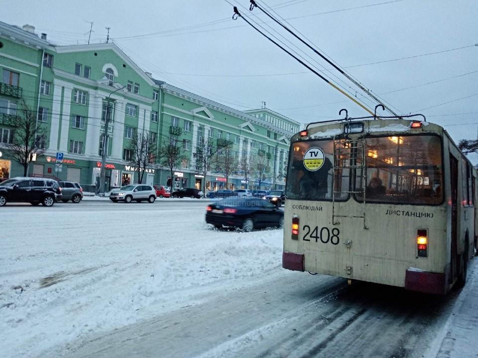 Нечищеные дороги и пробки: как Челябинск переживает первый сильный снегопад