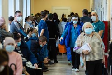 Коронавирус в России: В Челябинске ждут «скорую» по пять дней, а под Новосибирском - ночуют в больницах на лестницах