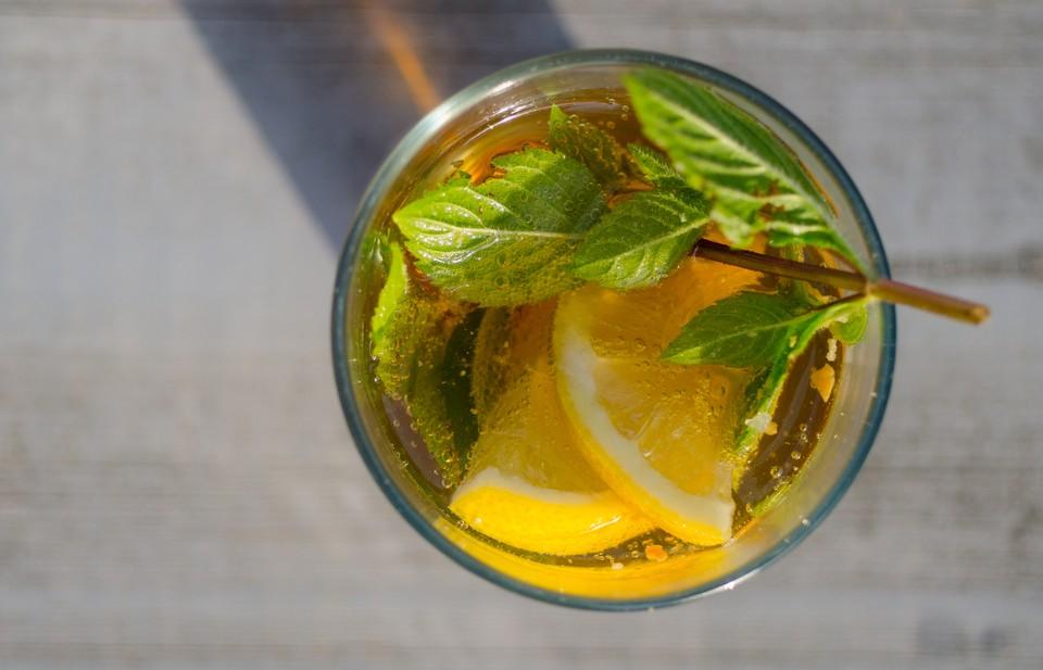Лимон не повредит, но лечебные свойства его не доказаны. Фото: skitterphoto.com