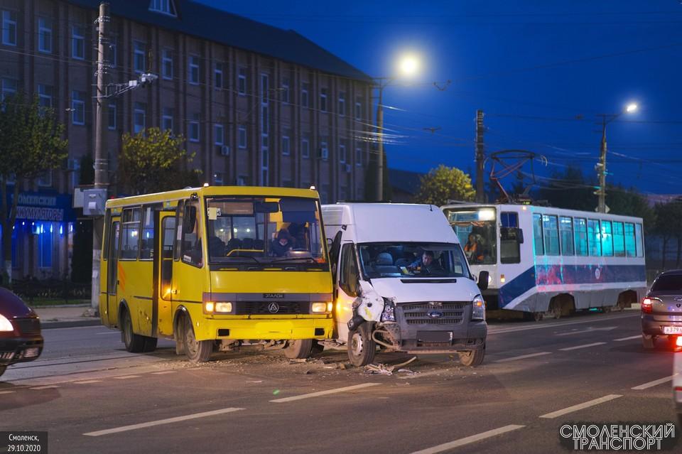 Пассажирский автобус и маршрутка серьезно столкнулись в Смоленске. Фото: «drive2_smolensk» соцсети ВКонтакте.