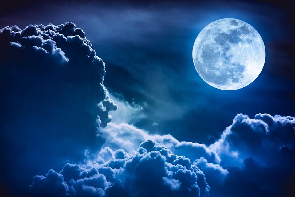 Голубая Луна, голубая, - пели в свое время Моисеев и Трубач, глядя на такое чудо.
