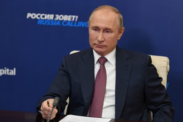 """Владимир Путин - о том, кто первым получит вакцину от коронавируса, введут ли в России новые ограничения и """"вмешательстве"""" в американские выборы"""