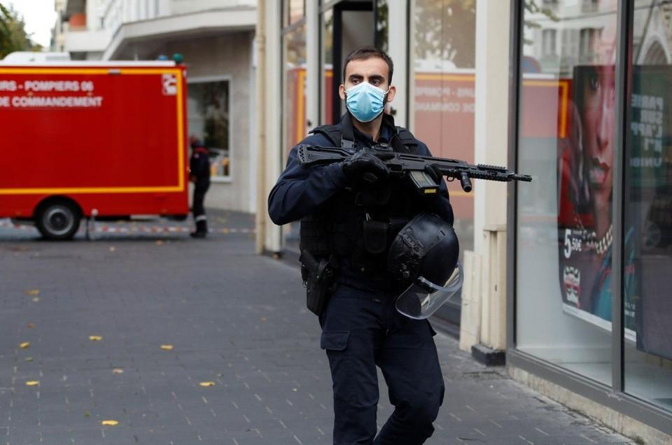 Теракты во Франции: трое погибших в Ницце, нападения на прохожих в Париже и Леоне