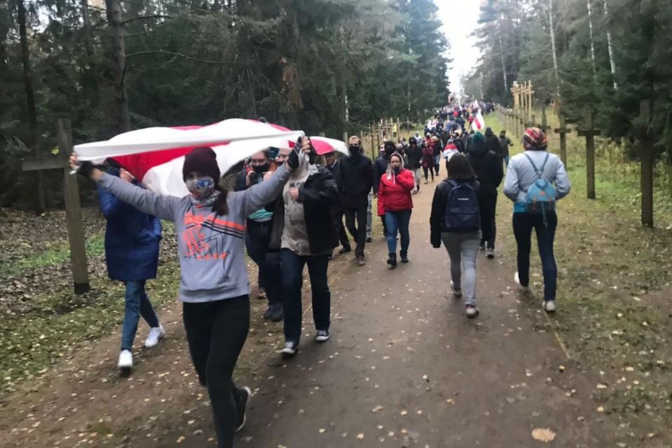 Большая часть митингующих в итоге дошла до места памяти жертв репрессий на поле рядом с Куропатами.