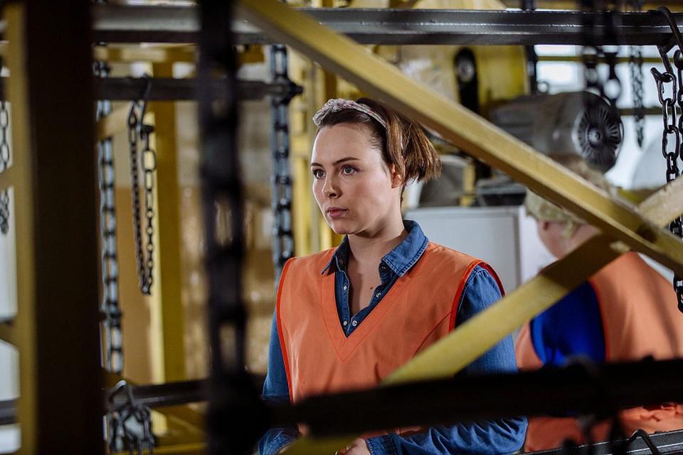 Дуня (Яна Гурьянова) не чурается тяжелой работы и пытается наладить отношения с семьей
