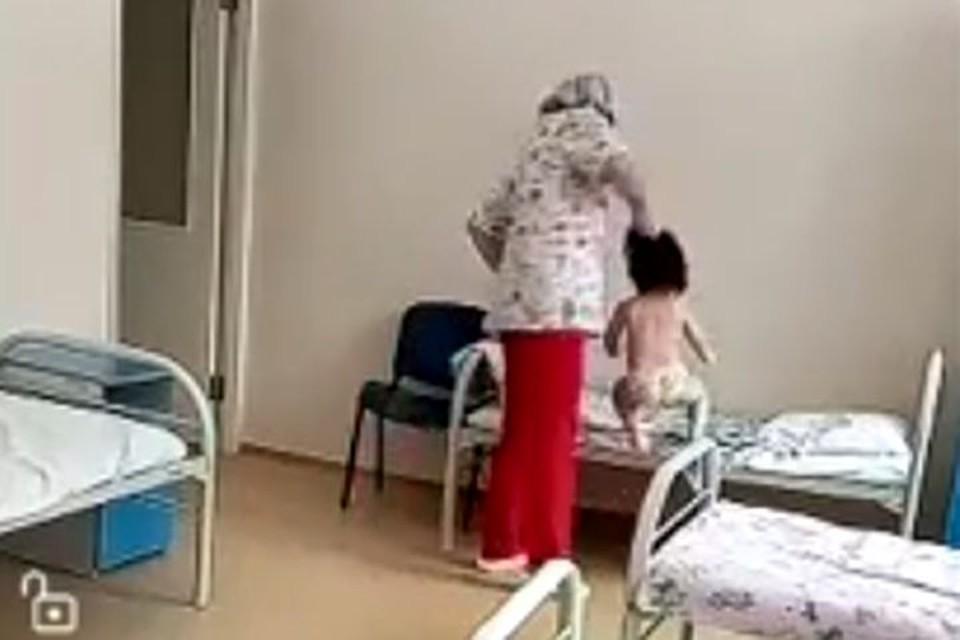 Медсестра схватила ребенка за волосы и бросила на кровать. Фото: личный архив.