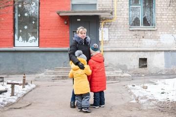 «Все ждали, что мы сдадим детей»: удочерившая девочек с миллионными долгами семья закрыла все кредиты