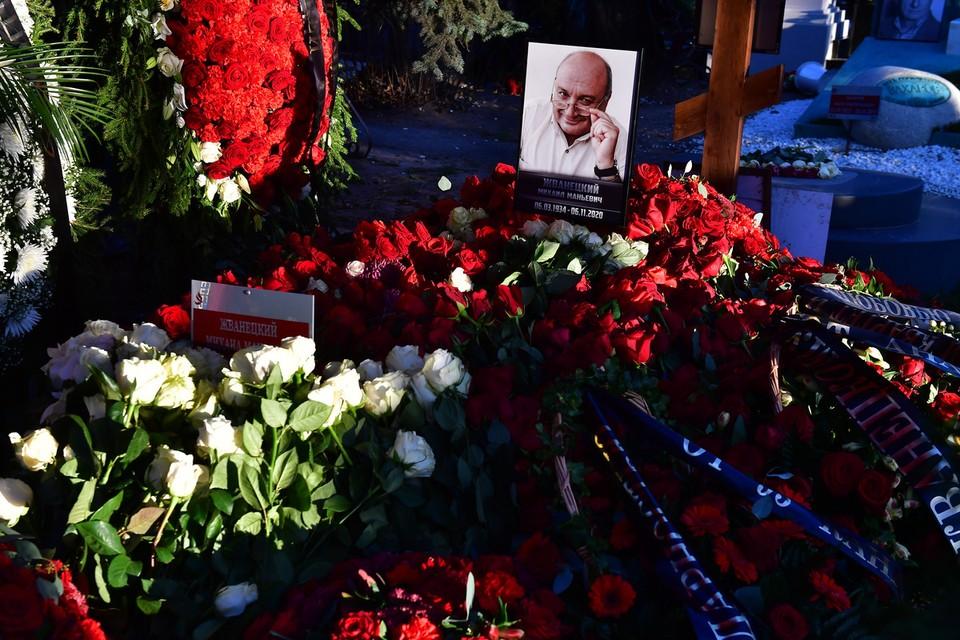 Могила писателя-сатирика находится рядом с захоронениями Галины Волчек и Марка Захарова