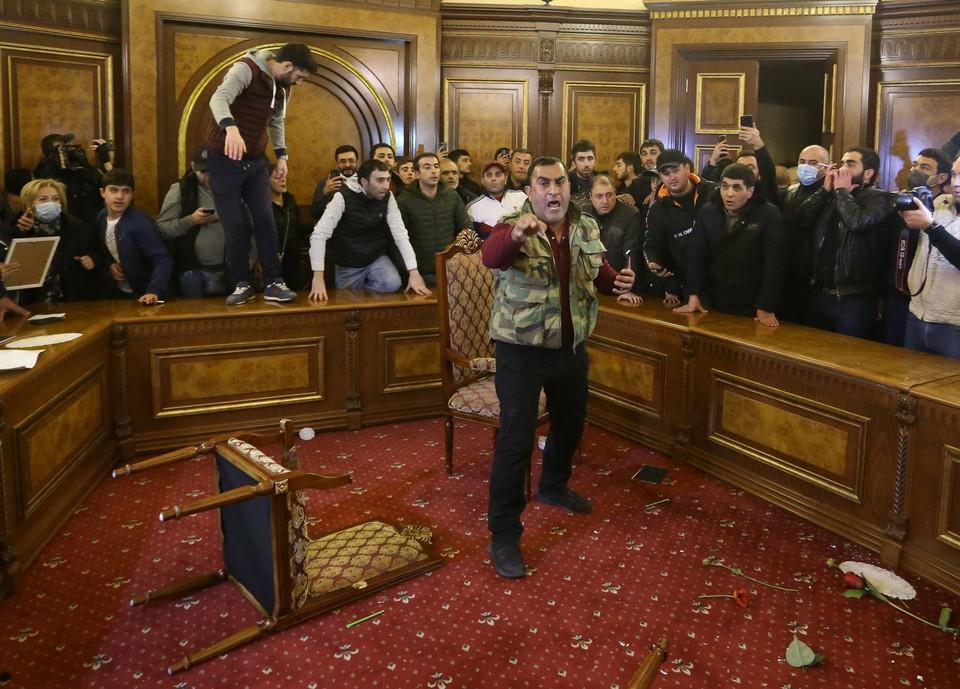 Протестующие ворвались в здание правительства