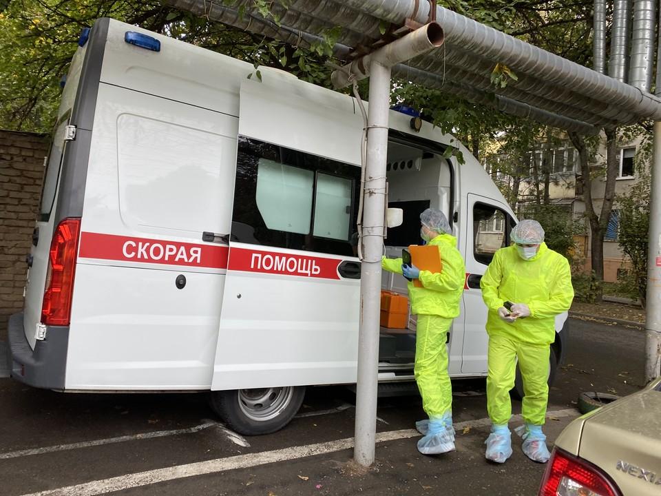 Фельдшер подстанции скорой медицинской помощи Краснодара Виктория Красноруцкая и водитель Николай Суворов в COVID-бригаде работают уже 8 месяцев - с первого дня пандемии.