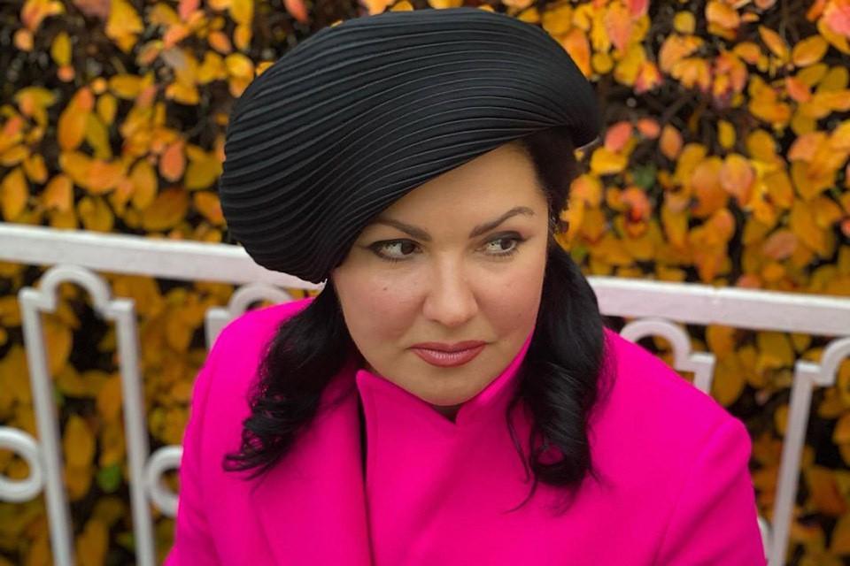 Анна Нетребко демонстрирует модную фуксию.