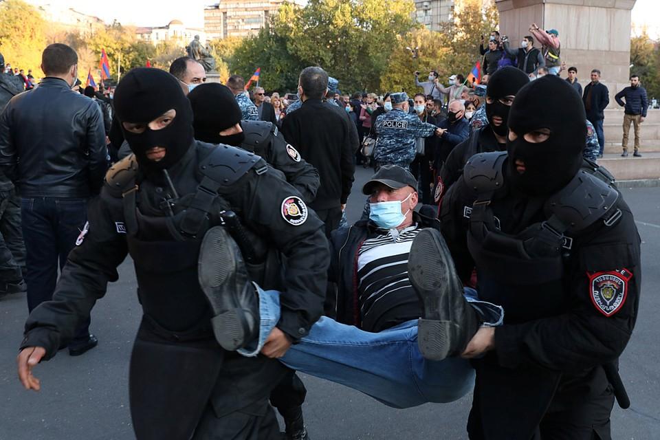 Митинг разъяренных капитуляцией на площади Свободы Еревана был с удивительной легкостью разогнан полицией