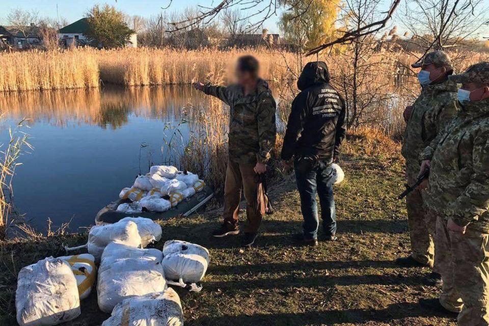 Задержанный 42-летний житель Меловского района рассказал пограничникам, как переправляли товар. Фото: ГПСУ