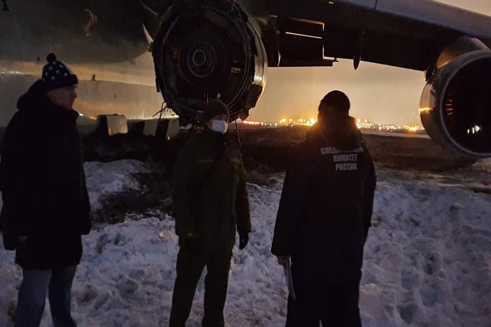 Следователи работают на месте экстренной посадки АН-124 в Новосибирске. Фото: Западно-Сибирское СУ на транспорте СК РФ