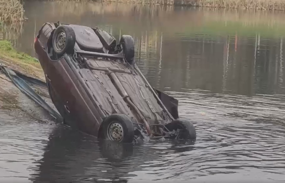 Автомобиль упал в пруд с моста под Москвой. Фото: кадр из видео