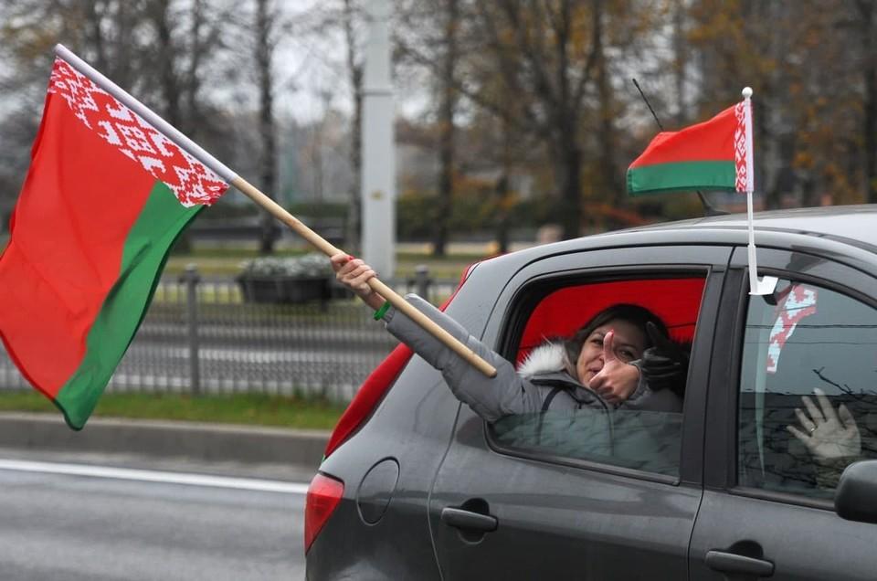 В Минске продолжаются акции оппозиции и автопробеги сторонников власти.
