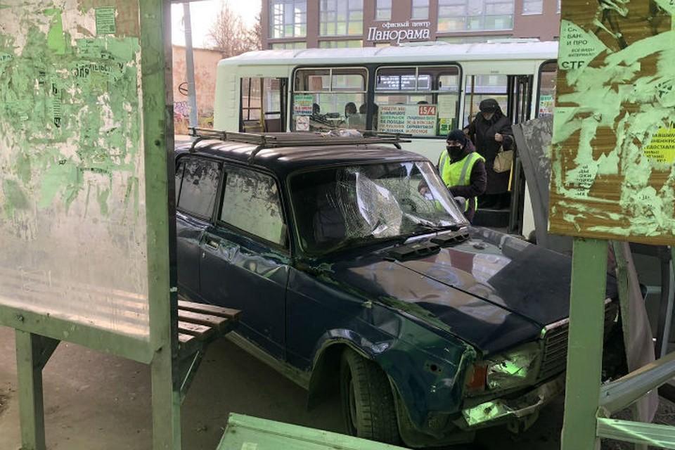 Автомобиль влетел в остановку. ФОТО: УМВД по Ивановской области