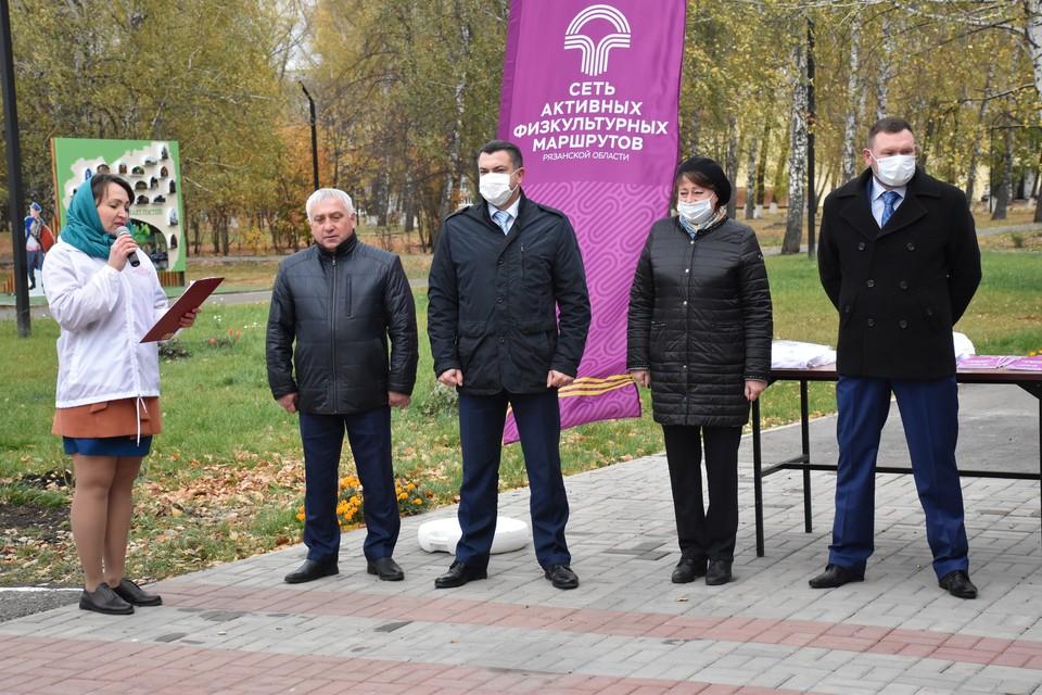 Евгения Рубцова, глава городской администрации Сасова (вторая справа), на открытии активного физкультурного маршрута «Путь к здоровью».