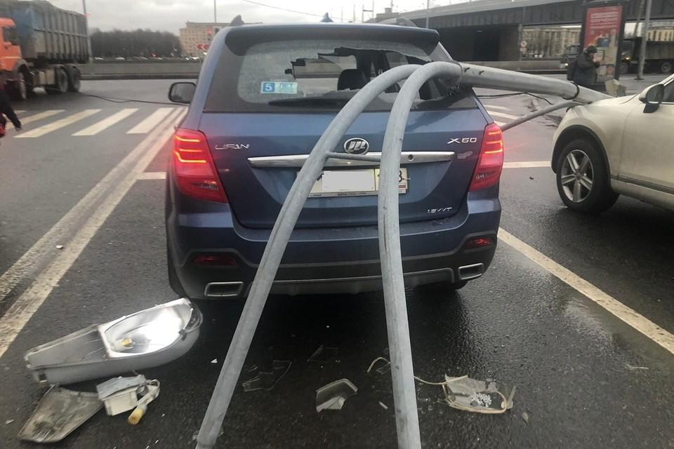 Фонарный столб со светофором упал на машины у Володарского моста. Фото: vk.com/spb_today