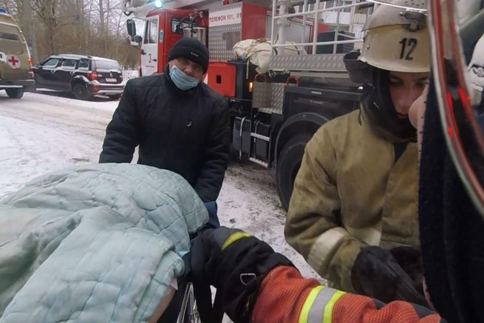 Сотрудники МЧС вынесли пострадавшего из задымленного помещения и передали его бригаде «скорой помощи». Фото: 43.mchs.gov.ru