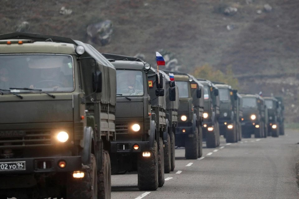 Миротворцы сопроводили колонну автобусов с беженцами в Степанакерт
