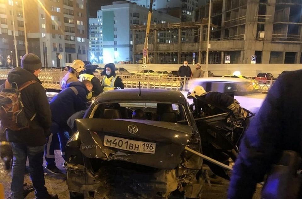 """Чтобы достать пассажиров пришлось прибегать к помощи спасателей. Фото: """"Инцидент-Екатеринбург"""""""
