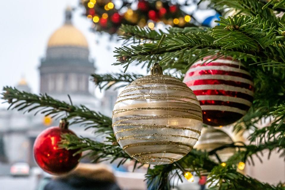 К 20 декабря в Санкт-Петербурге зажжется 62 новогодних елочки.